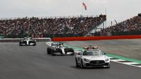 Lewis Hamilton a Valtteri Bottas za Safety carem v závodě v Silverstone