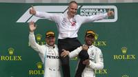 Valtteri Bottas a Lewis Hamilton slaví na pódiu po závodě v Silverstone
