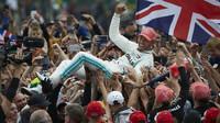 FOTO: Parádní podívaná v Silverstone s vítězstvím Mercedesu a bouračkou Vettela - anotační obrázek