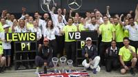 Tým Mercedes slaví vítězství v závodě v Silverstone