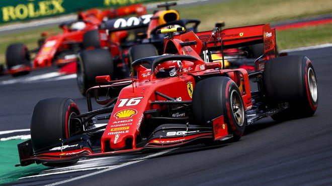 Charles Leclerc ve Velké ceně Británie před Sebastianem Vettelem