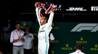 Lewis Hamilton slaví vítězství v domácím závodě v Silverstone