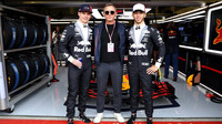 Max Verstappen, Pierre Gasly a David Craig před závodem v Silverstone
