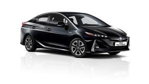 Potřebujete odvézt i tchýni? Levně? Toyota Prius Plug-in Hybrid prošla inovací - anotační obrázek