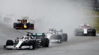 Lewis Hamilton a Valtteri po startu závodu v Německu