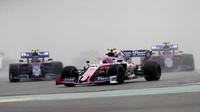 Lance Stroll před vozy týmu Toro Rosso v závodě v Německu
