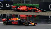 Max Verstappen projíždí kolem nabouraného Charlese Leclerca