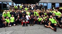 Tým Red Bull se raduje z prvního místa Maxe Verstappena po závodě v Německu