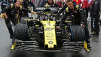 Nico Hülkenberg míří se svými mechaniky na startovní rošt v Německu