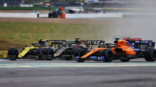 Nico Hülkenberg (Renault), Romain Grosjean (Haas) a Carlos Sainz (vpravo s McLarenem) v závodě v deštivé GP Německa 2019