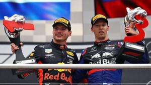 Max Verstappen a Daniil Kvjat na pódiu po závodě v Německu