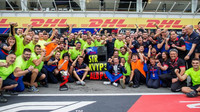 Tým Toro Rosso se raduje z třetího místa Daniila Kvyjata po závodě v Německu