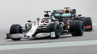 Lewis Hamilton před Maxem Verstappenem v závodě v Německu