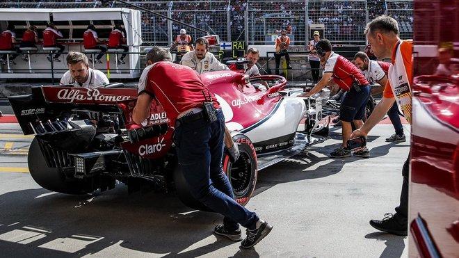 Alfa Romeo Kimiho Räikkönena na startovním roštu