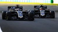 Romain Grosjean a Kevin Magnussen v závodě v Maďarsku