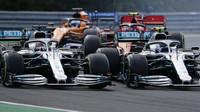 Lewis Hamilton a Valtteri Bottas v těsném předjíždění v závodě v Maďarsku