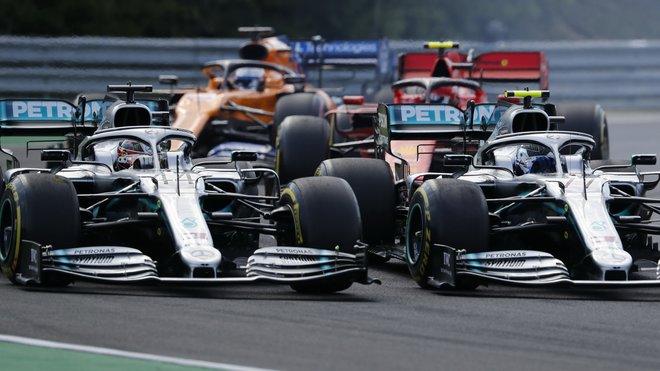Souboj Mercedesů v 2. zatáčce na Hungaroringu - Hamilton svou pozici na vnější straně 2. zatáčky udržel