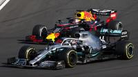 Lewis Hamilton a Max Verstappen v závodě v Maďarsku