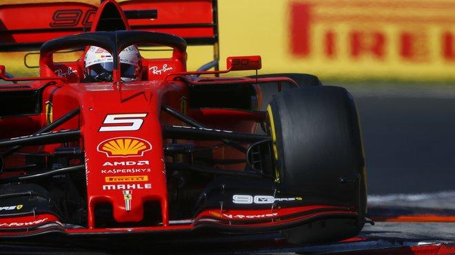 Zkušený Vettel se momentálně s vozem Ferrari SF90 trápí více než jeho nováček v týmu Leclerc