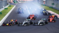 Max Verstappen, Valtteri Bottas a Lewis Hamilton při startu závodu v Maďarsku