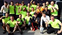 Max Verstappen slaví se svými mechaniky po závodě v Maďarsku