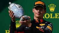 Max Verstappen se svou trofejí po závodě v Maďarsku
