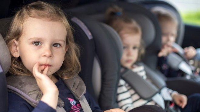 Děti je žádoucí při jízdě v autě zabavit. Elektronika však není nejlepším řešením...
