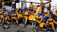 Lando Norris u mechaniků McLarenu