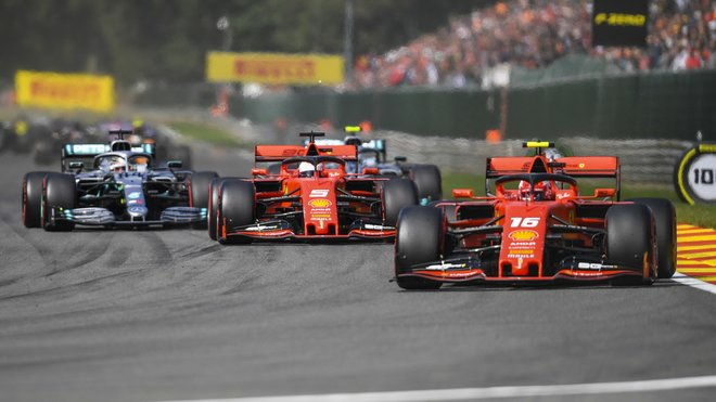 Lewis Hamilton za oběma rudými vozy v Belgii