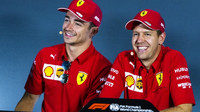 Charles Lecler (vlevo) se Sebastianem Vettelem na tiskové konferenci v Monze