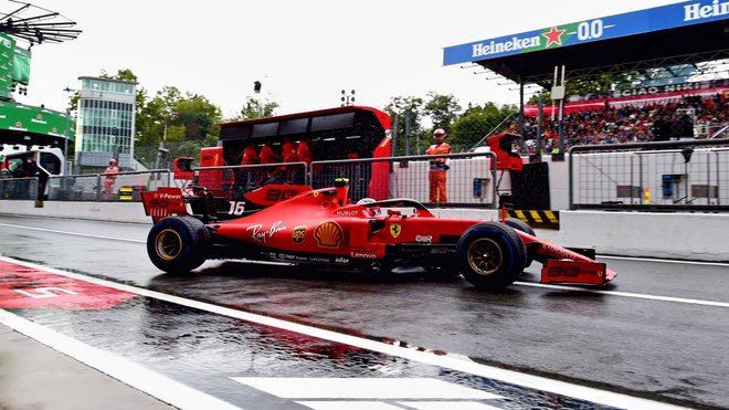 Charles Leclerc s Ferrari SF90 v prvním tréninku