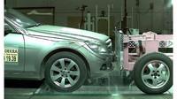 Crash test vozu s tažným zařízení v laboratořích německé Dekry