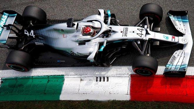Lewisovi Hamiltonovi s Mercedesem nakonec na pole-position moc nescházelo