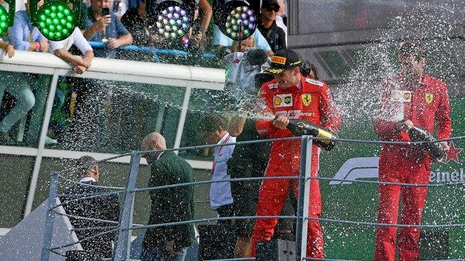Charles Leclerc oslavuje vítězství v Itálii na Monze