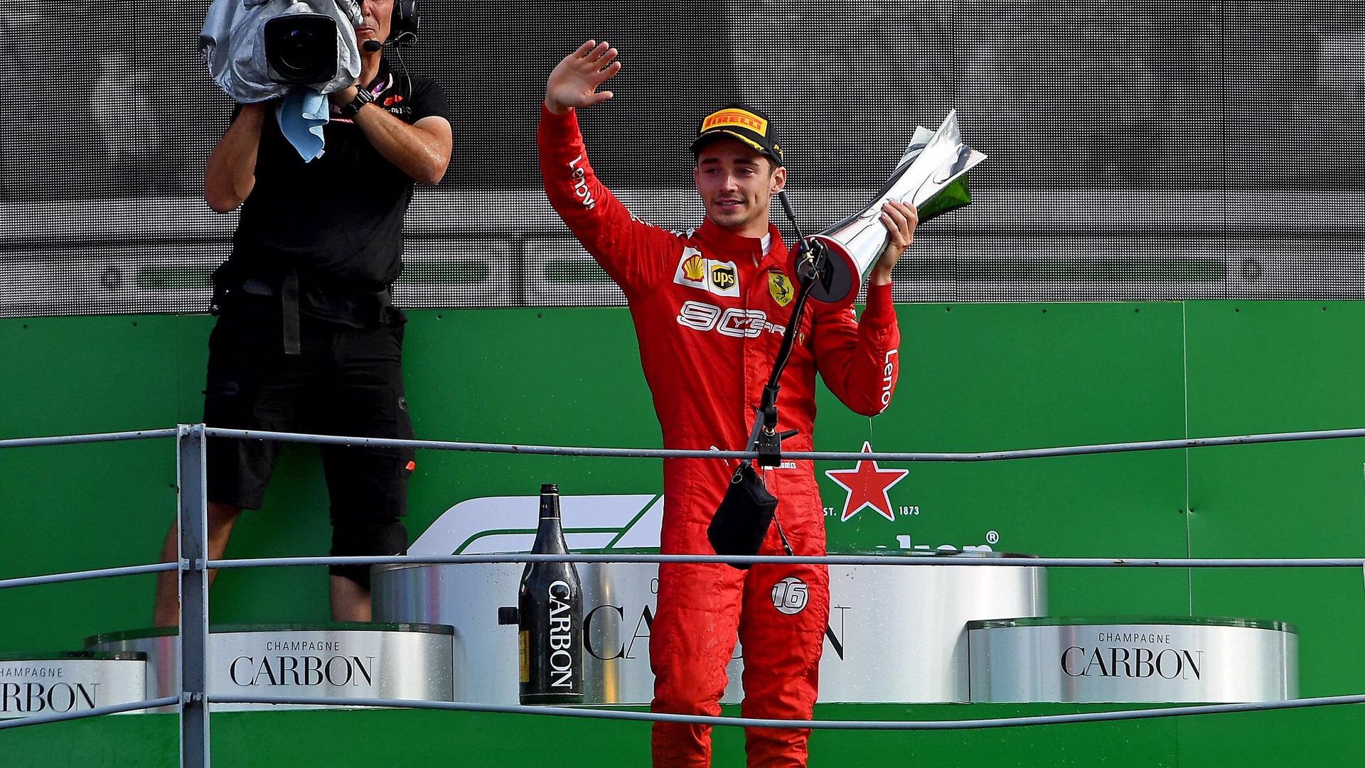 Charles Leclerc se svou vítěz trofejí v Itálii na Monze