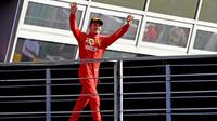 Charles Leclerc slaví vítězství po závodě v Itálii na Monze