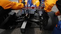 Zadní část a výfuk vozu McLaren před závodem v Itálii na Monze