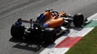 Carlos Sainz v závodě v Itálii na Monze