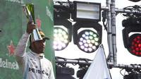 Lewis Hamilton na pódiu po závodě v Itálii na Monze