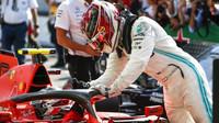 Lewis Hamilton gratuluje Charlesovi Leclercovi k vítězství v závodě v Itálii na Monze