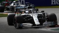 Ve druhém tréninku byl nejrychlejší Hamilton. Verstappen druhý. Albon s poškozeným křídlem. - anotační foto