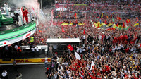 """Fanoušci """"Tifosi"""" oslavují vítězství Charlse Leclerca v Itálii na Monze"""