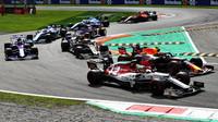Tlačenice v první zatáčce po startu v závodu v Itálii na Monze