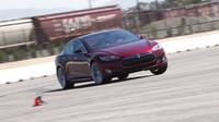 7 sedadel a 3 motory: Upravená Tesla pro rekordní jízdu na Nürburgringu nebo nová generace? - anotační foto