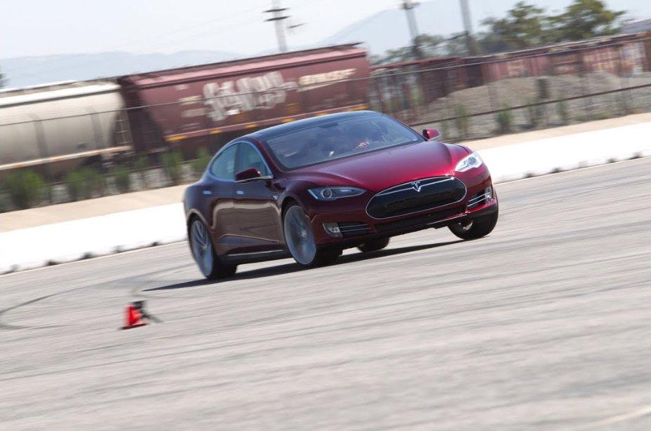 7 sedadel a 3 motory: Upravená Tesla pro rekordní jízdu na Nürburgringu nebo nová generace? - anotační obrázek