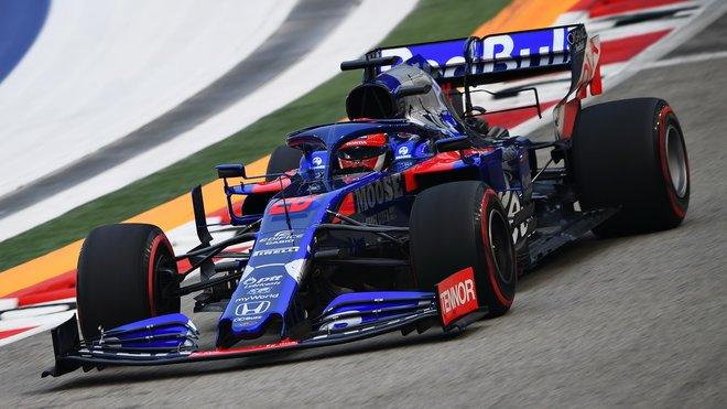 Kvjatovo Toro Rosso s reklamou coly Red Bull na zadním křídle...