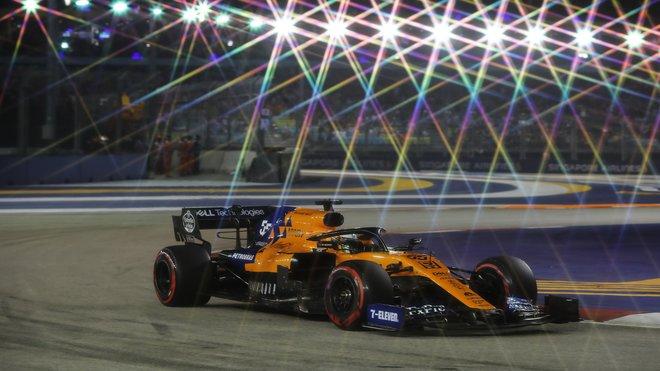 Carlos Sainz během kvalifikaci na městském okruhu Marina Bay