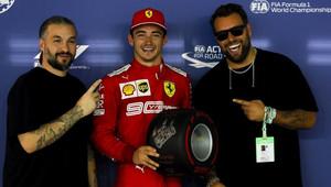 Charles Leclerc se raduje z vítězství v kvalifikaci v Singapuru