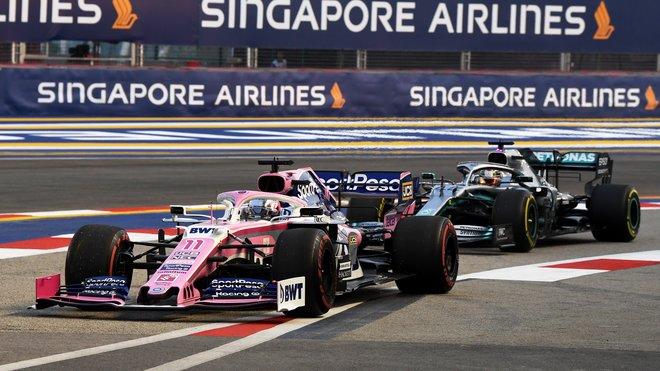 Sergio Pérez s Racing Pointem před úřadujícím mistrem světa Lewisem Hamiltonem