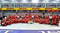 Tým Ferrari slaví vítězství po závodě v Singapuru